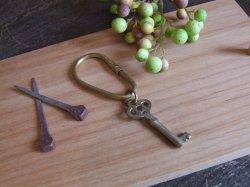 画像1: 鍵の形 真鍮のキーホルダー